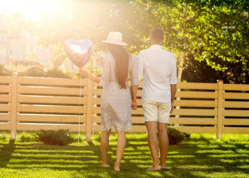 Par förälskat n parkerar, amerikansk stil royaltyfri bild