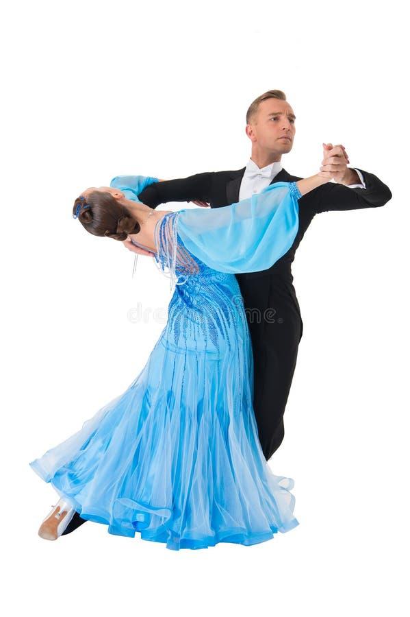Par för balsaldans i en dans poserar isolerat på vit bakgrund sinnliga proffessionaldansare för balsal som dansar walz arkivbild