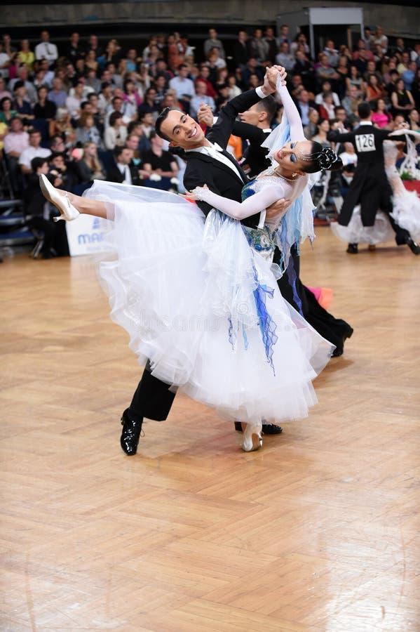 Par för balsaldans som dansar på konkurrensen royaltyfri bild