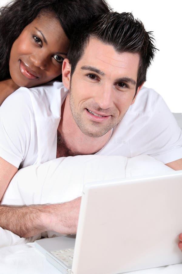 Par för blandad race arkivbild