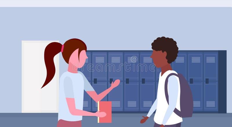 Par för blandningloppelever som diskuterar i inre för skolalobbykorridor med rad av blå skåpkommunikationsutbildning royaltyfri illustrationer