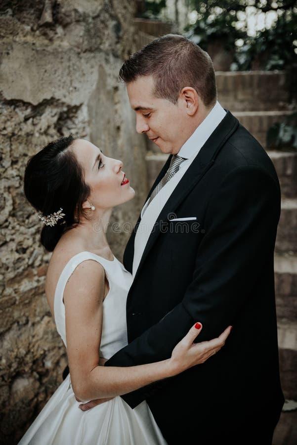 Par för bröllop för närbildstående unga härliga stilfulla royaltyfri bild