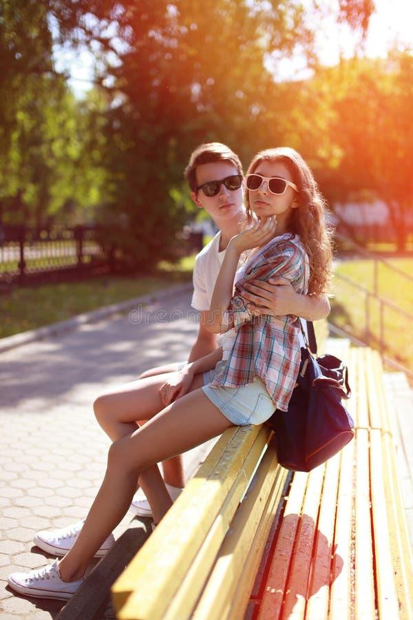 Par för hipster för sommarstående moderna stads- kalla i staden royaltyfri foto