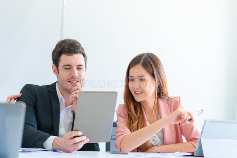 Par för kontorsarbetare som talar flörta sig lyckligt royaltyfri bild