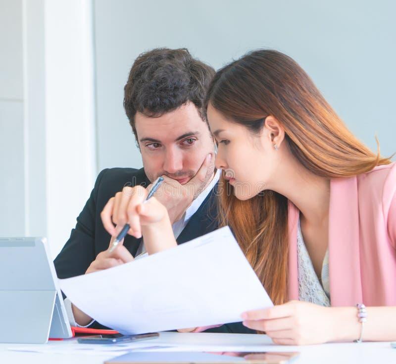 Par för kontorsarbetare som talar flörta sig lyckligt arkivfoton