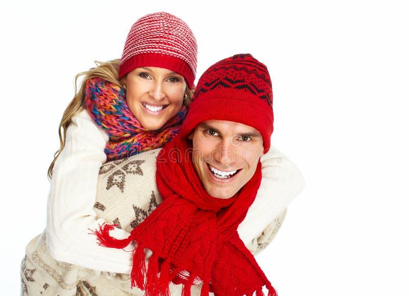 Par för lycklig jul i vinterkläder. arkivbilder
