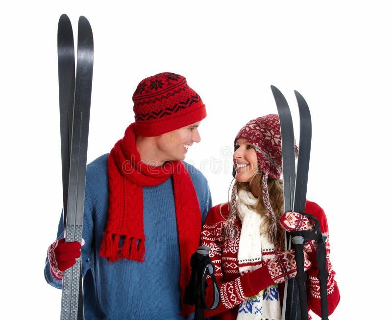 Par för lycklig jul med skidar. royaltyfri bild