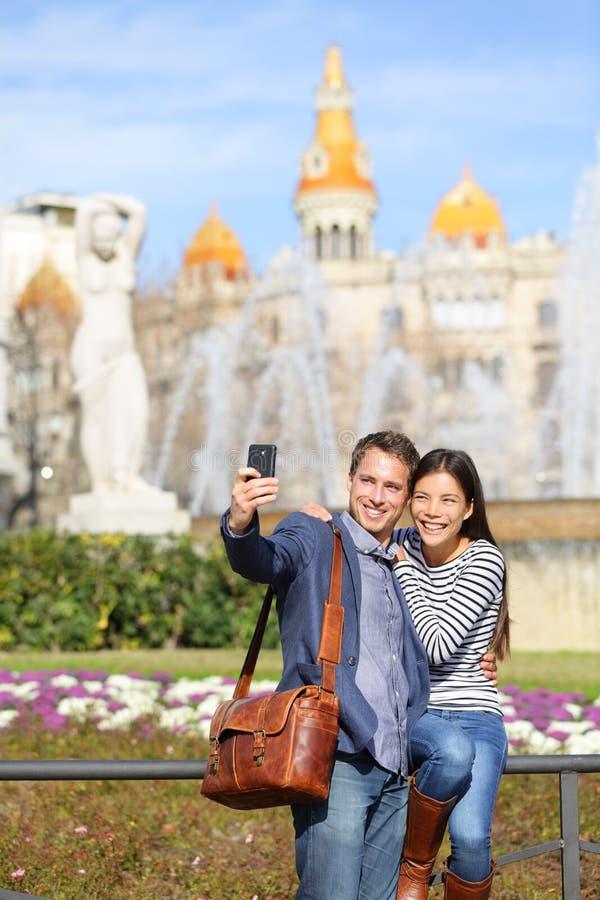 Par för turist- lopp som tar selfie i Barcelona royaltyfri bild
