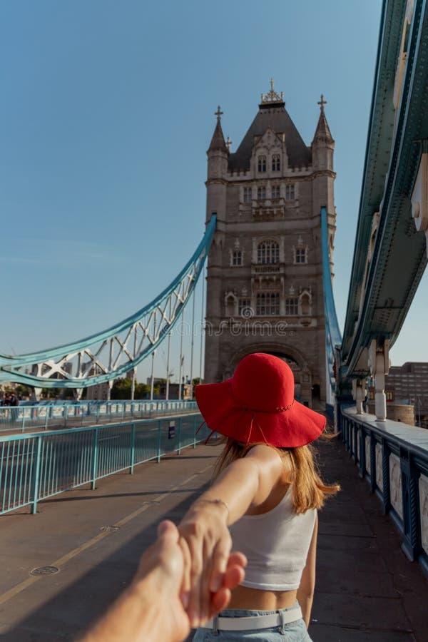 Par f?ljer mig begreppet p? tornbron i london royaltyfria foton