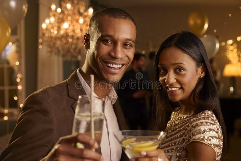 Par gör rostat bröd på kameran, som de firar på partiet royaltyfria foton