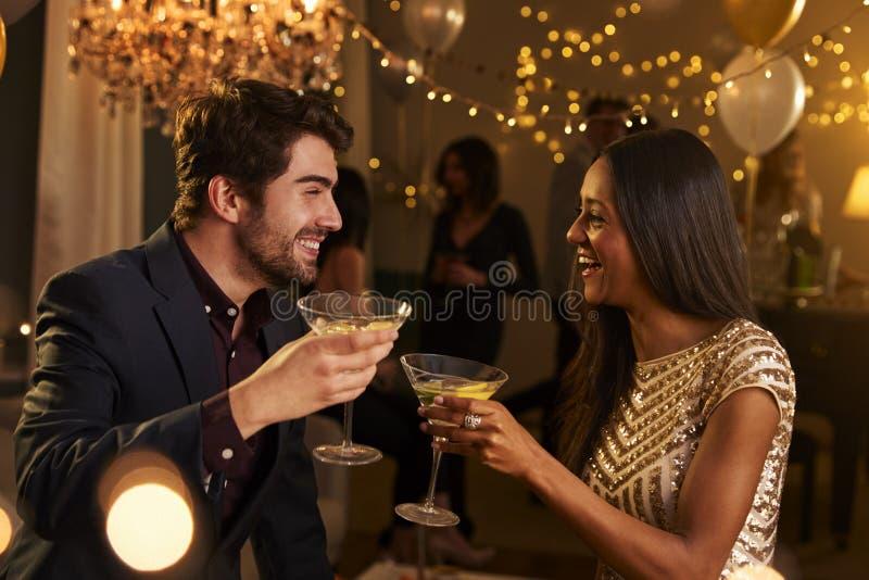 Par gör rostat bröd, som de firar på partiet tillsammans arkivfoton