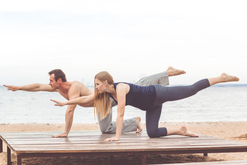 Par gör sportar på havskusten arkivfoton