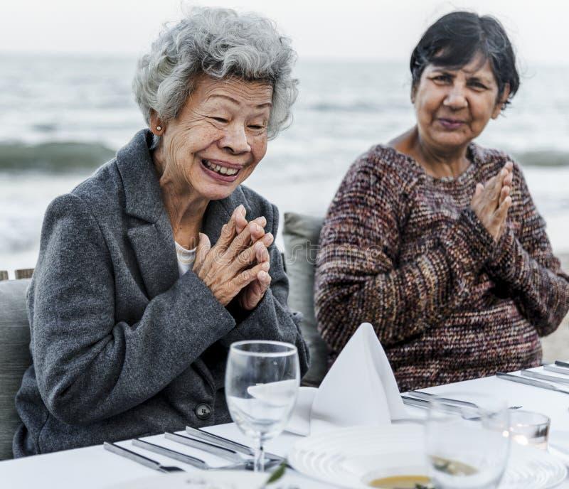 Par genom att använda deras telefon medan på semester royaltyfria foton