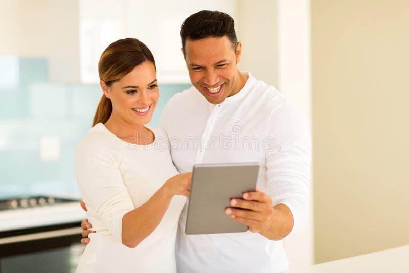 Par genom att använda tabletdatoren arkivbild