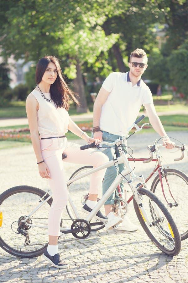 Par har cykelridning arkivfoton