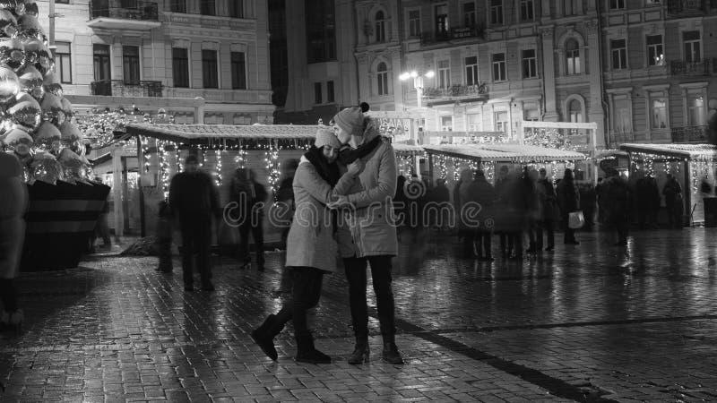 Par har datumet i stadsfyrkant royaltyfria foton