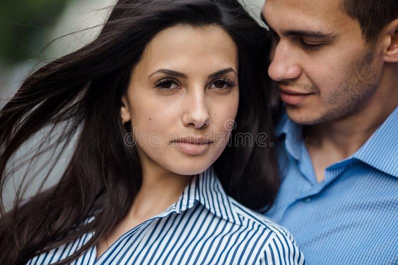 Par har gyckel i staden royaltyfria bilder