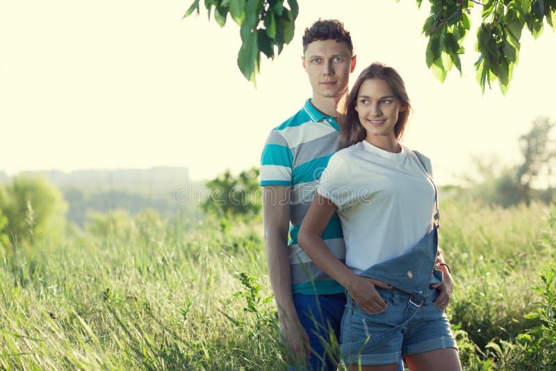 Par har möte utomhus arkivfoton