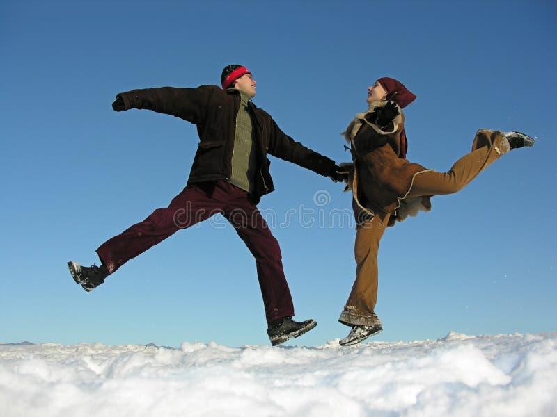 Download Par hoppar vinter fotografering för bildbyråer. Bild av skratt - 500583