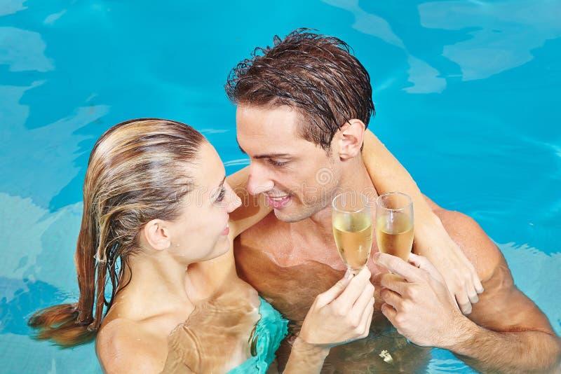 Par, i att rosta för simbassäng arkivfoton