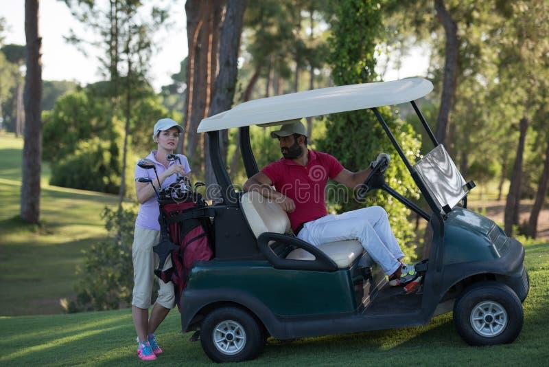 Par i barnvagn på golfbana arkivbild