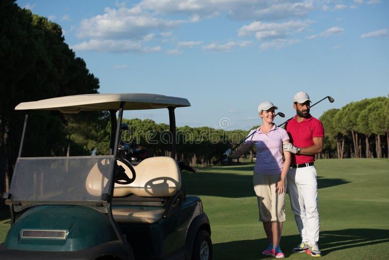 Par i barnvagn på golfbana arkivfoto