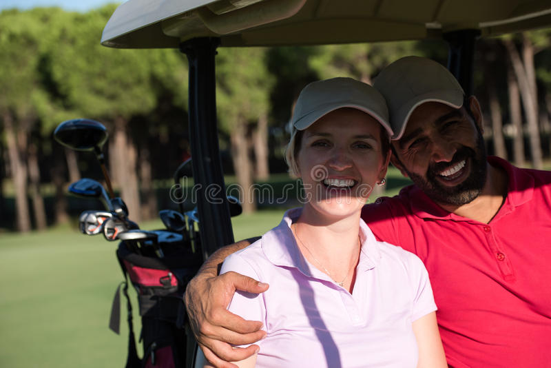 Par i barnvagn på golfbana royaltyfria foton