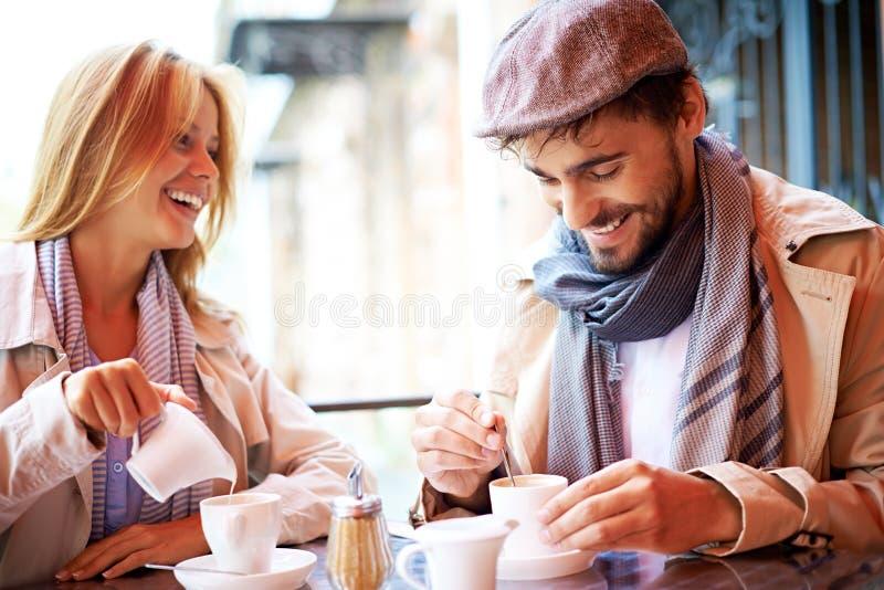 Par i Cafe arkivfoton