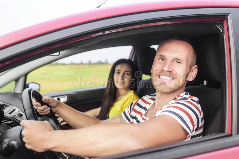 Par i en röd bil royaltyfria foton