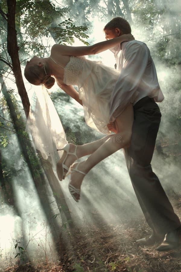 Par i en skog fotografering för bildbyråer