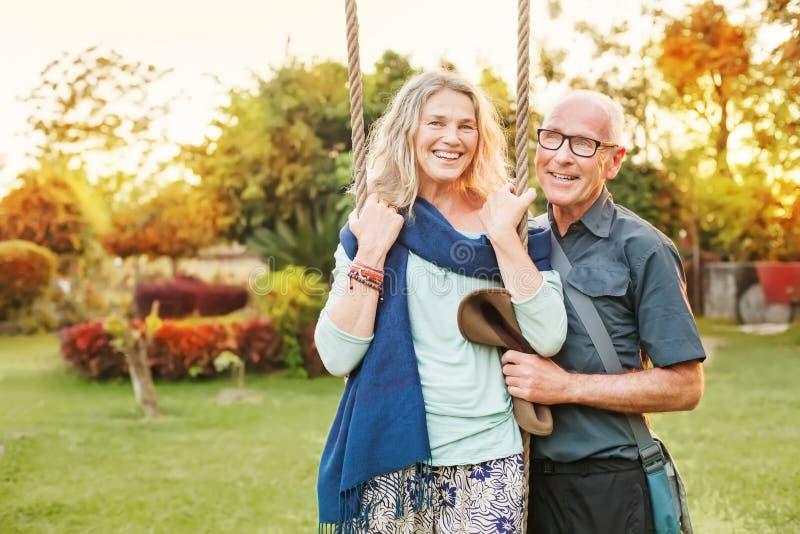 Par i en trädgård arkivfoton