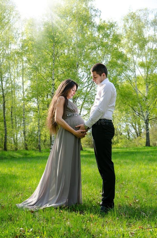 Par i förväntan av ett barn royaltyfria bilder