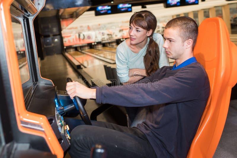 Par, i körning av videospelet arkivfoto