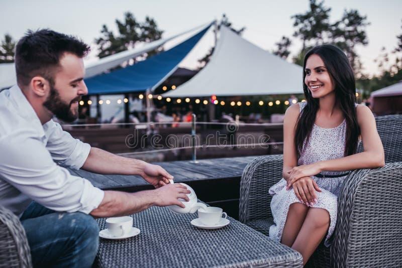 Par i kafé utomhus fotografering för bildbyråer