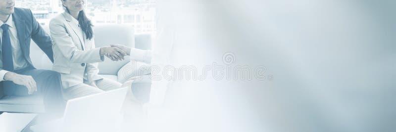 Par i möte med den hemmastadda finansiella konsulenten royaltyfri bild