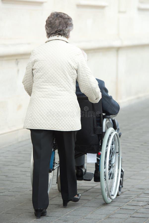 Par i rullstol utomhus royaltyfri fotografi