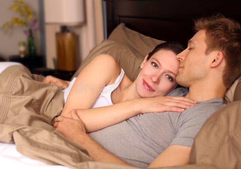 Par i säng arkivfoton