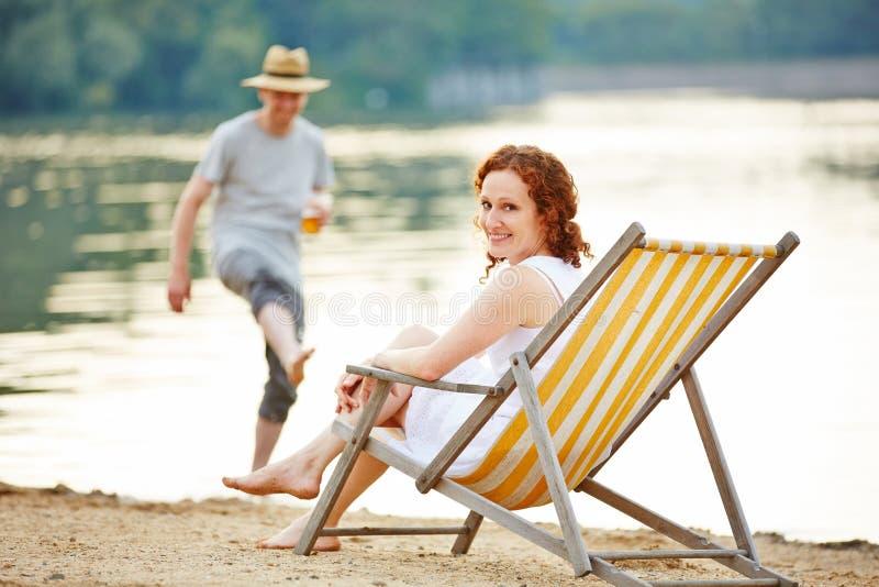 Par i sommar på en sjö royaltyfria foton