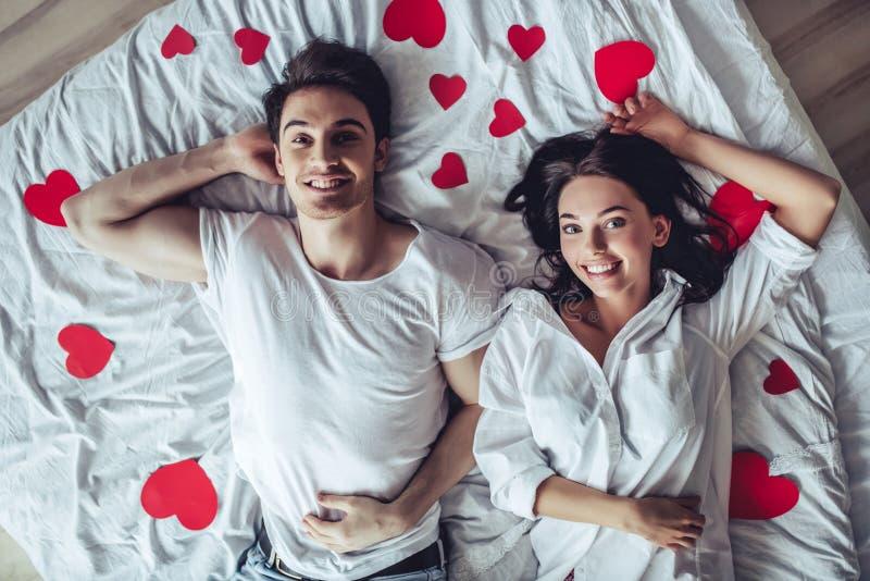 Par i sovrum royaltyfria bilder