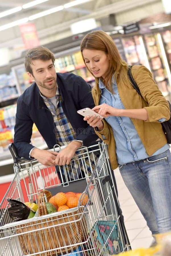 Par i supermarketshopping för livsmedel royaltyfria foton