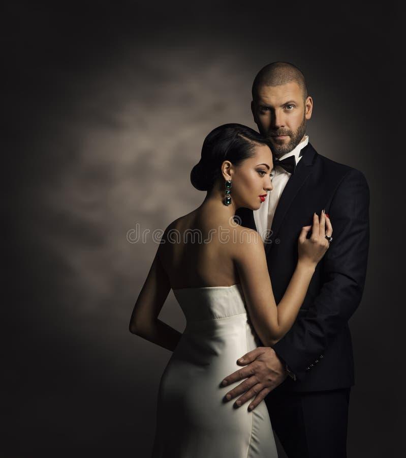 Par i svart dräkt- och vitklänning, Rich Man och modekvinna royaltyfri foto