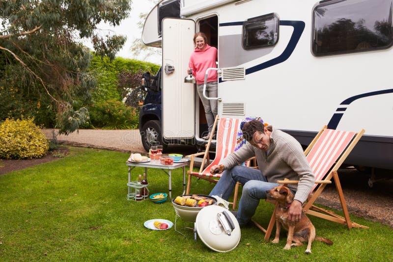 Par i Van Enjoying Barbeque On Camping ferie royaltyfria bilder