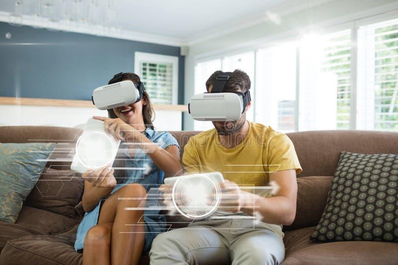 Par i VR-hörlurar med mikrofon som spelar med manöverenheter royaltyfria foton