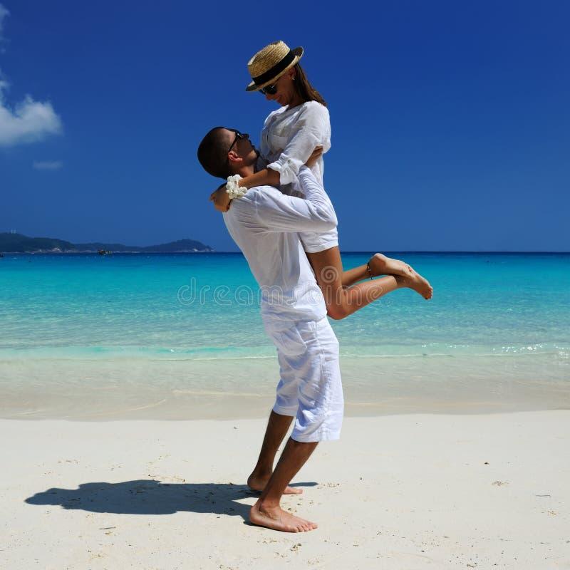 Par i white på en strand arkivfoton