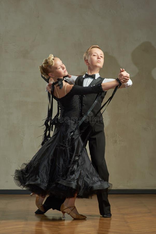 Par joven atractivo de los niños que bailan danza de salón de baile imágenes de archivo libres de regalías