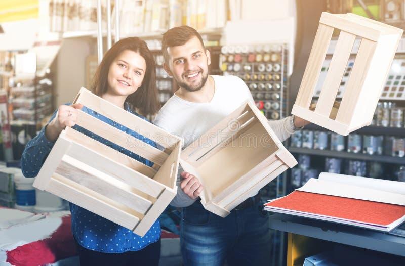 Par köper träaskar för husgarnering fotografering för bildbyråer