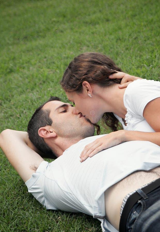 par kyssande vänner för härlig bild barn fotografering för bildbyråer