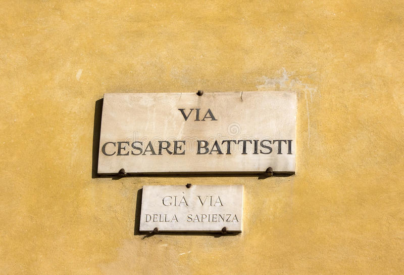 Par l'intermédiaire de Cesare Battisti, plat de rue sur un mur de maison à Florence, Italie images libres de droits