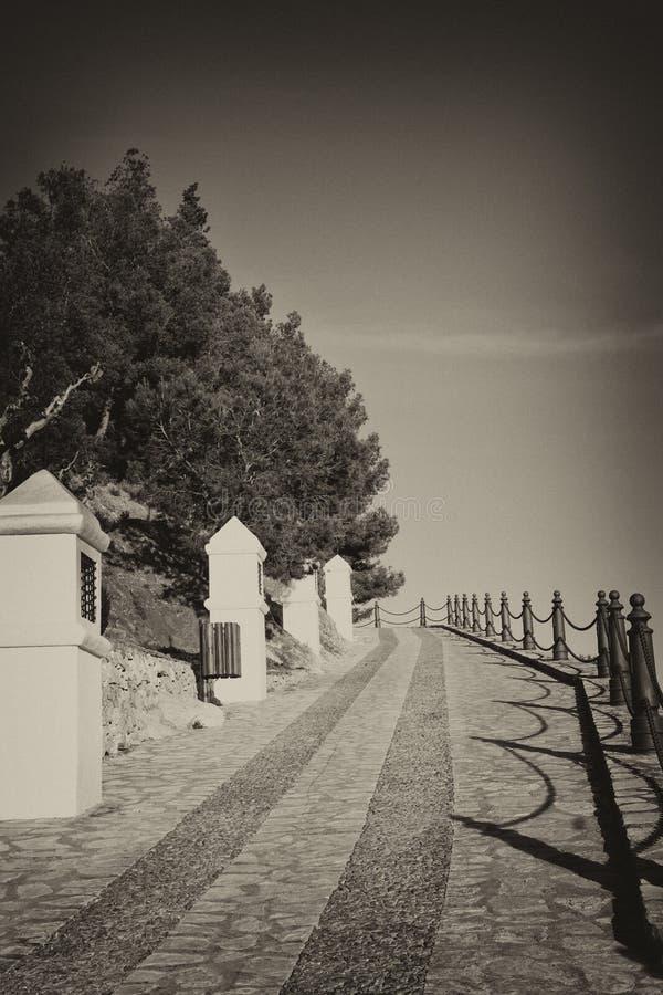 Par l'intermédiaire des crucis en vieux noir et blanc photographie stock libre de droits