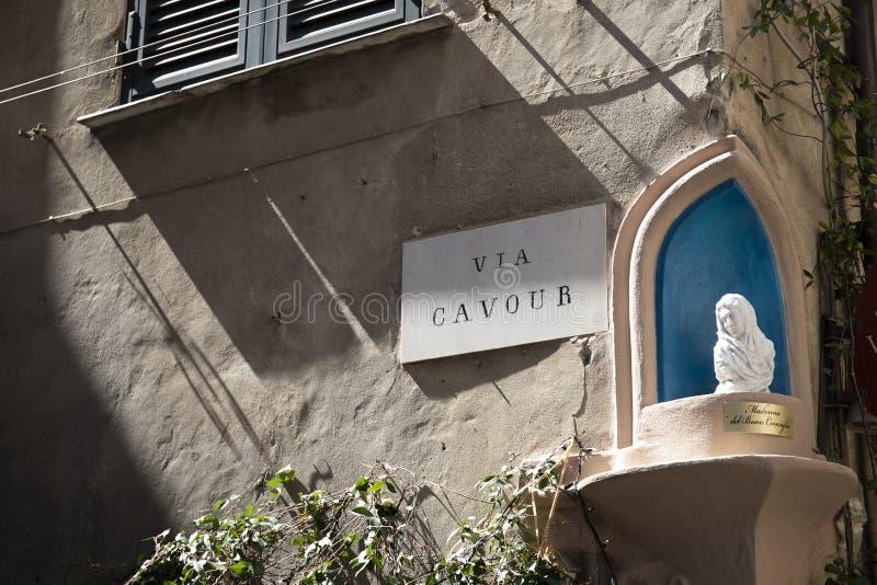Par l'intermédiaire du signe de Cavour avec l'aedicule votif de St Mary Albenga, Italie photo stock
